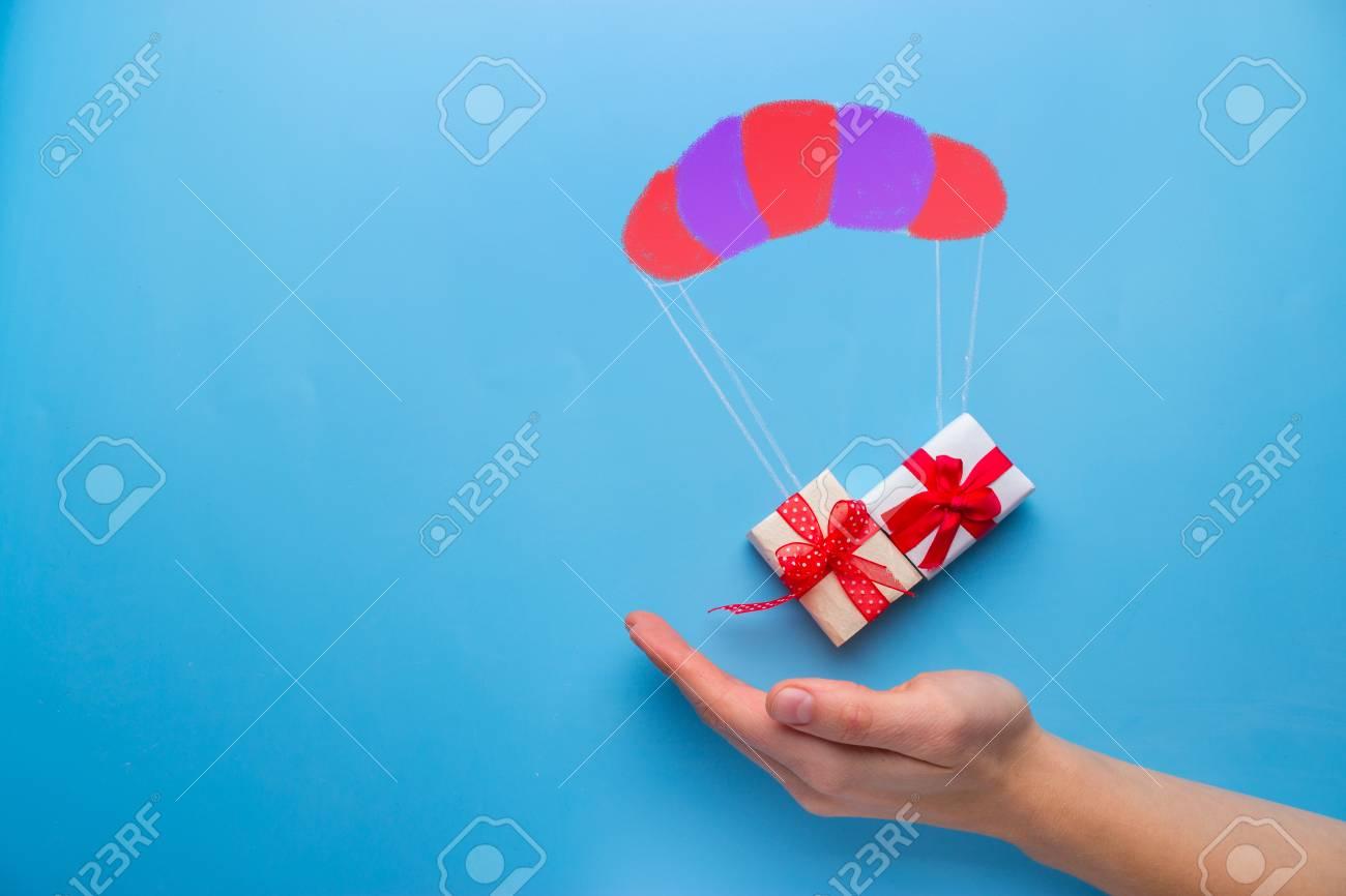 beautiful gift box falling down with parachute - 99220032