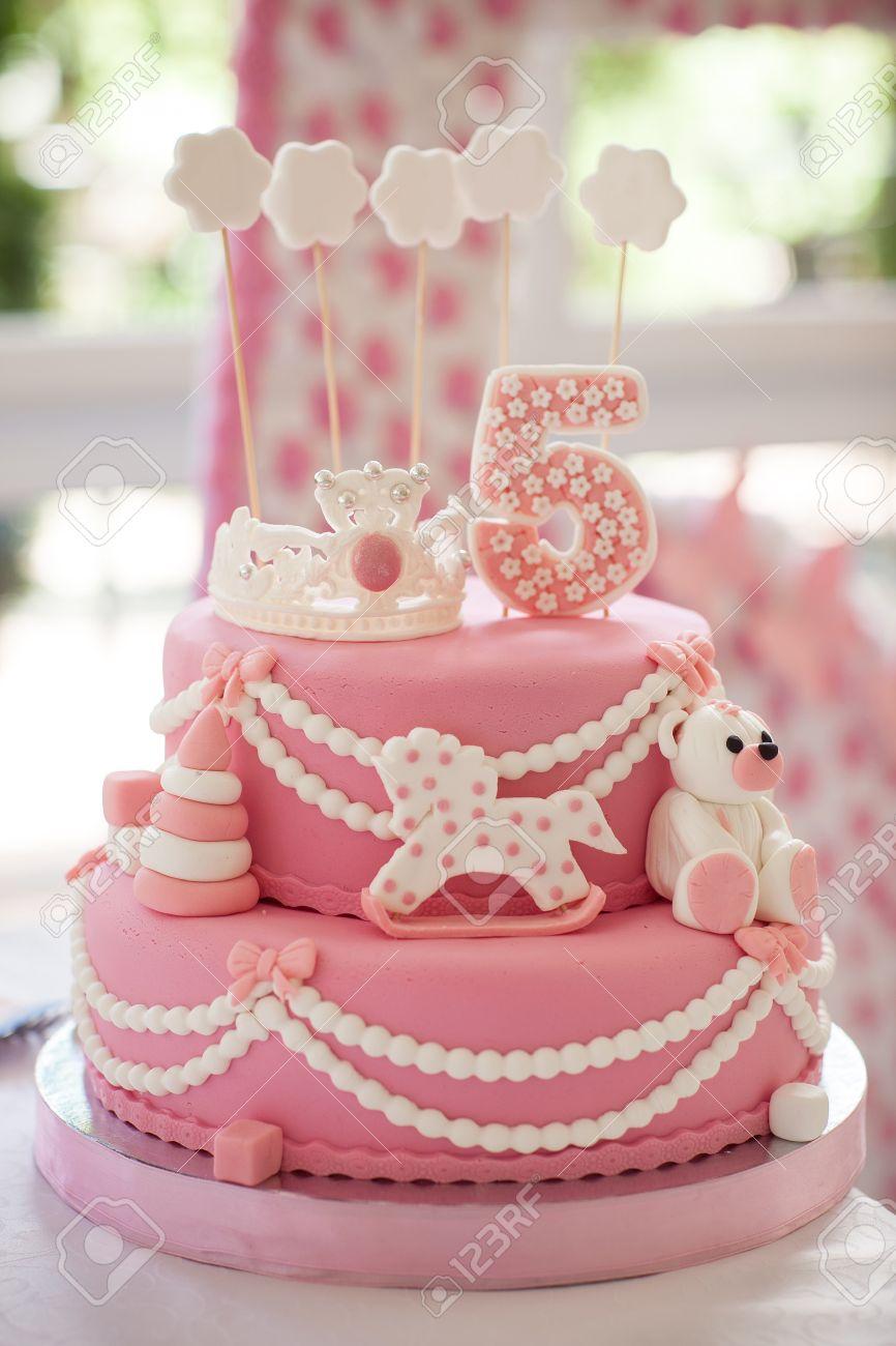Gâteau Danniversaire Rose La Jeune Fille Avait 5 Ans