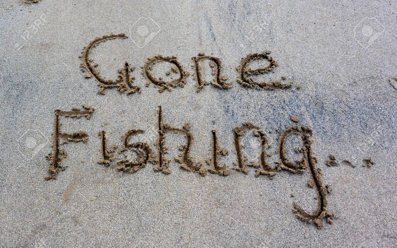Gone fishing written in the sand Standard-Bild - 39437826