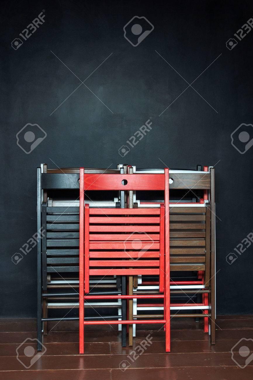 Faltende Bunte Hölzerne Stühle, Die An Der Schwarzen Wand In Der ...