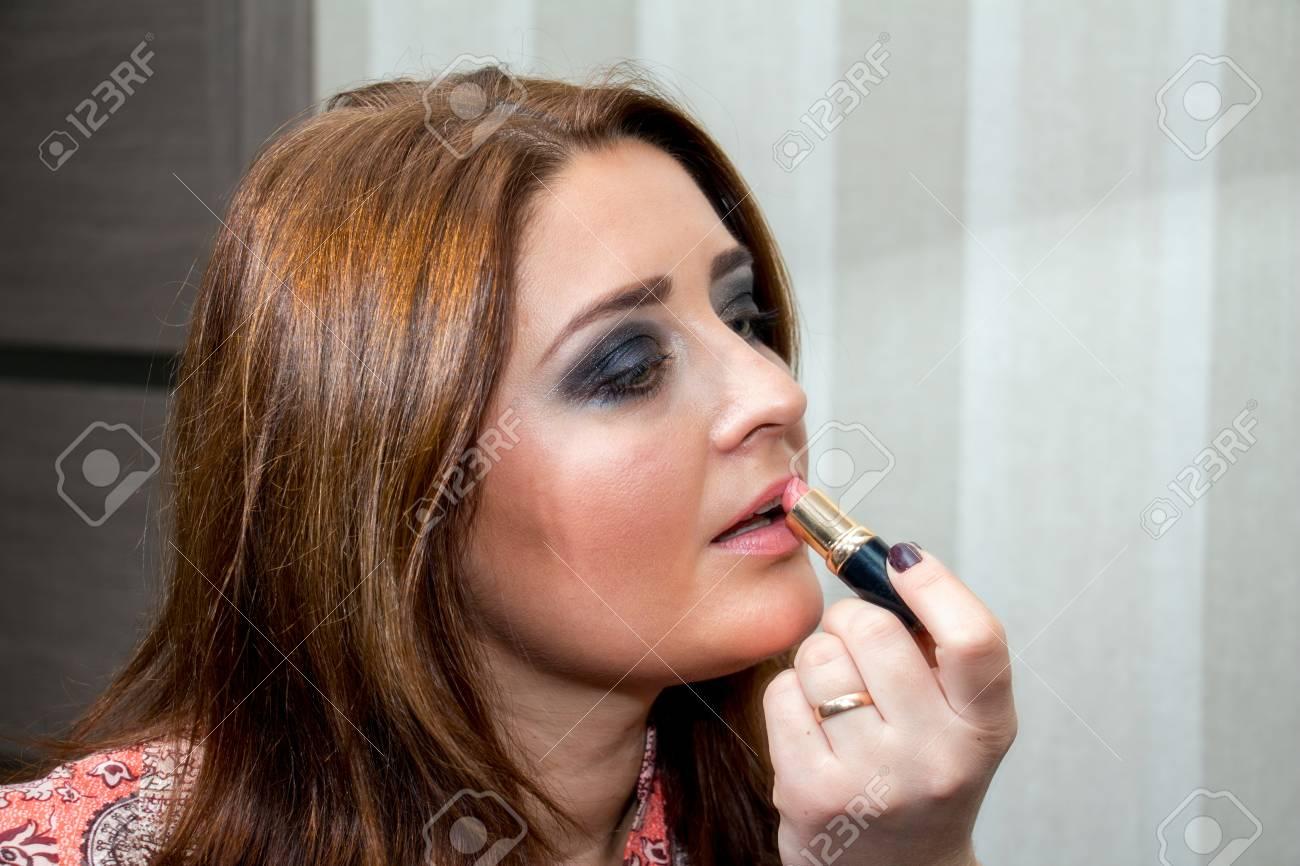Applique Sur Ses Rouge Femme Le À D'âge Moyen Lèvres R3Aj54L