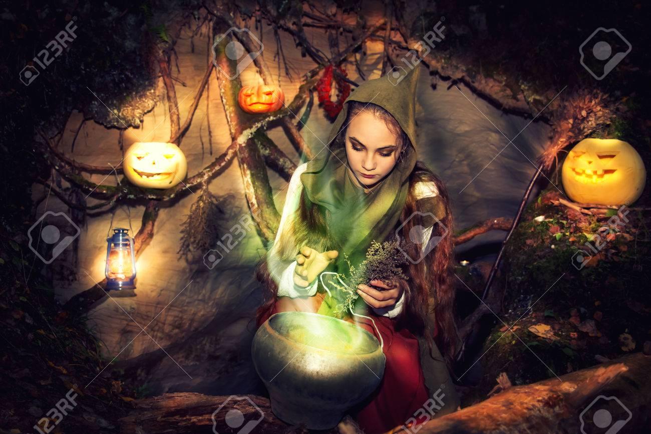 Junge Schöne Hexe Brauen Tränke In Ihrer Höhle. Märchen über ...
