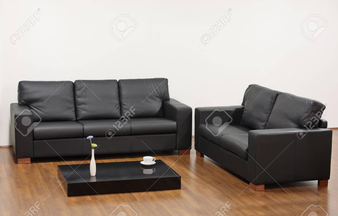 Un Salon Moderne Minimaliste Avec Des Meubles Noirs Banque Dimages