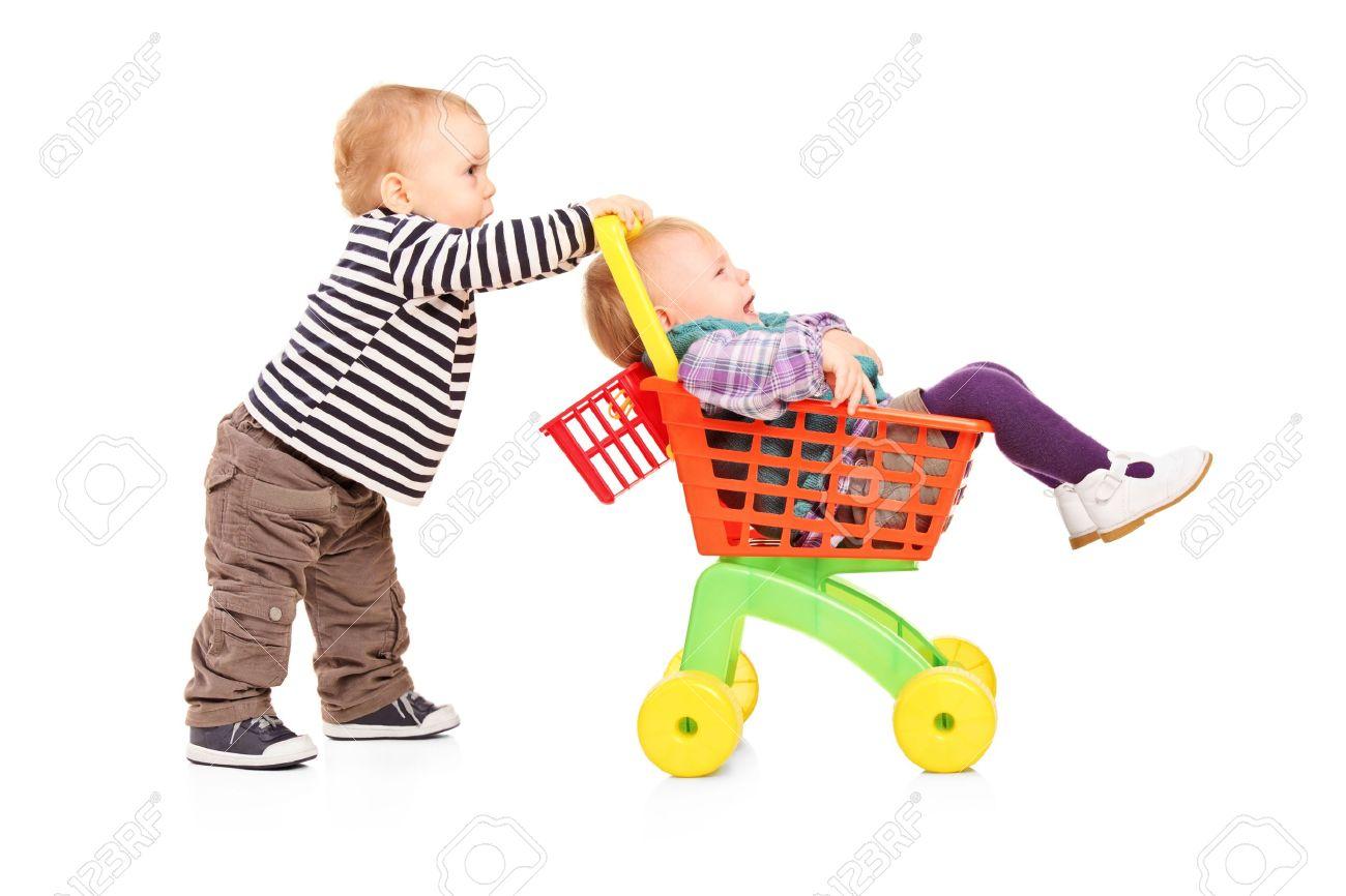 Muchacho Nino Empujando A Su Hermana Gemela En Un Carrito De Juguete