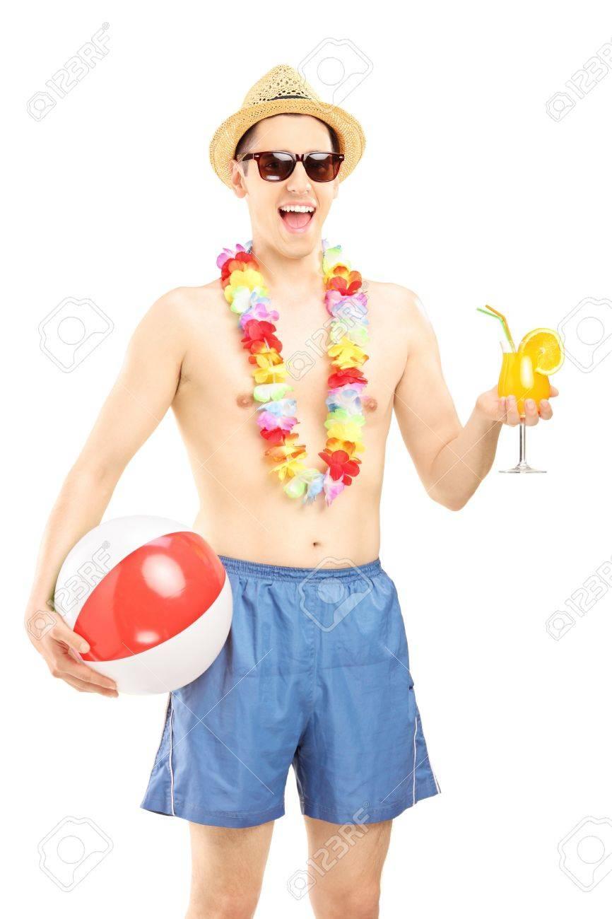 Man In Zwembroek.Vrolijke Man In Zwembroek Die Een Bal En Cocktail Strand