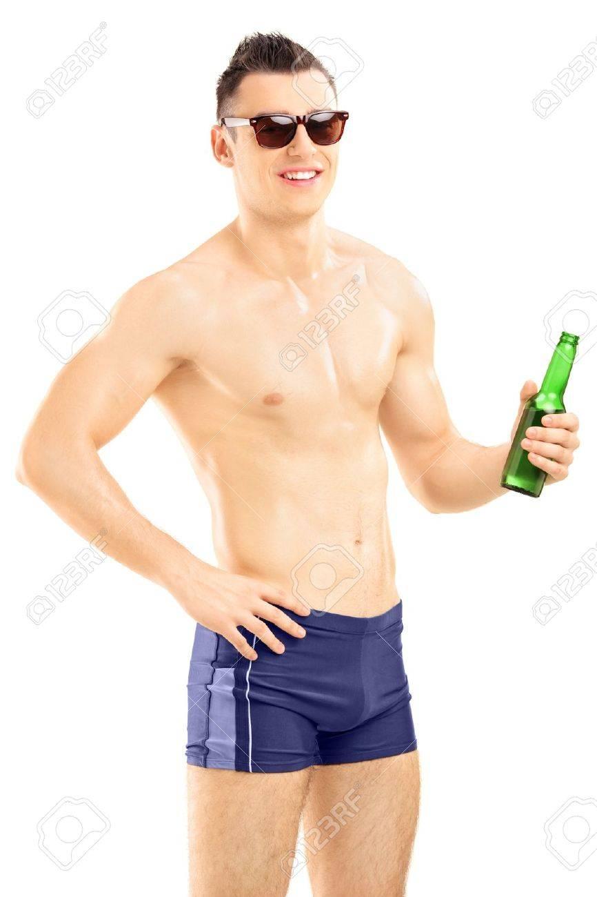 Jeune Fond Homme Sur Beau Une Bière Blanc Isolé Short De En Tenant Bain Bouteille TJl13Fcu5K