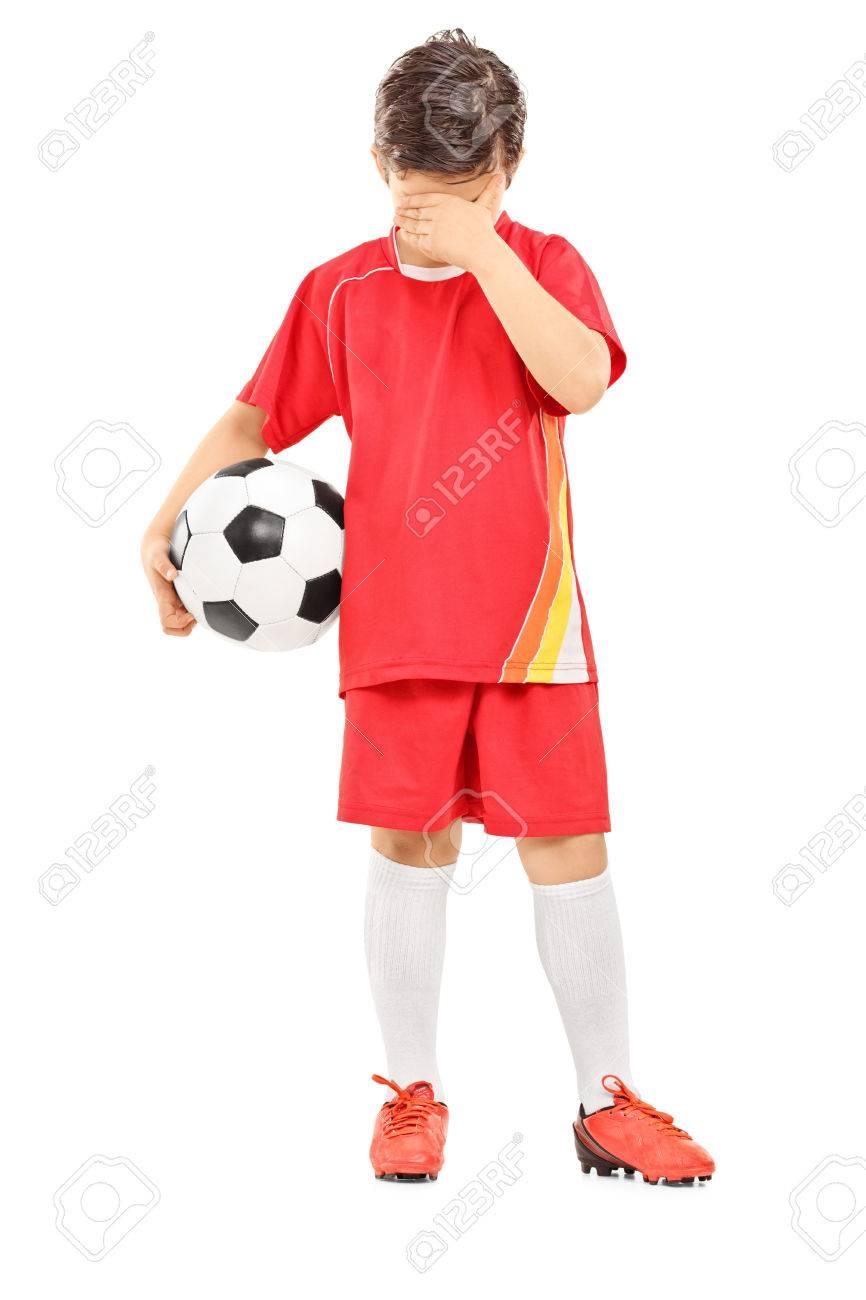 Foto de archivo - Retrato de cuerpo entero de un niño triste con el balón  de fútbol aislado en el fondo blanco 0b81e38f48adb