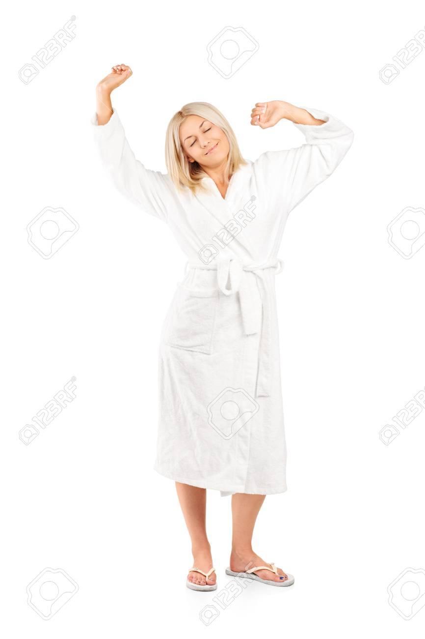 8fbb283195 Foto de archivo - Retrato de cuerpo entero de una mujer en bata de baño de  estiramiento aislado en fondo blanco