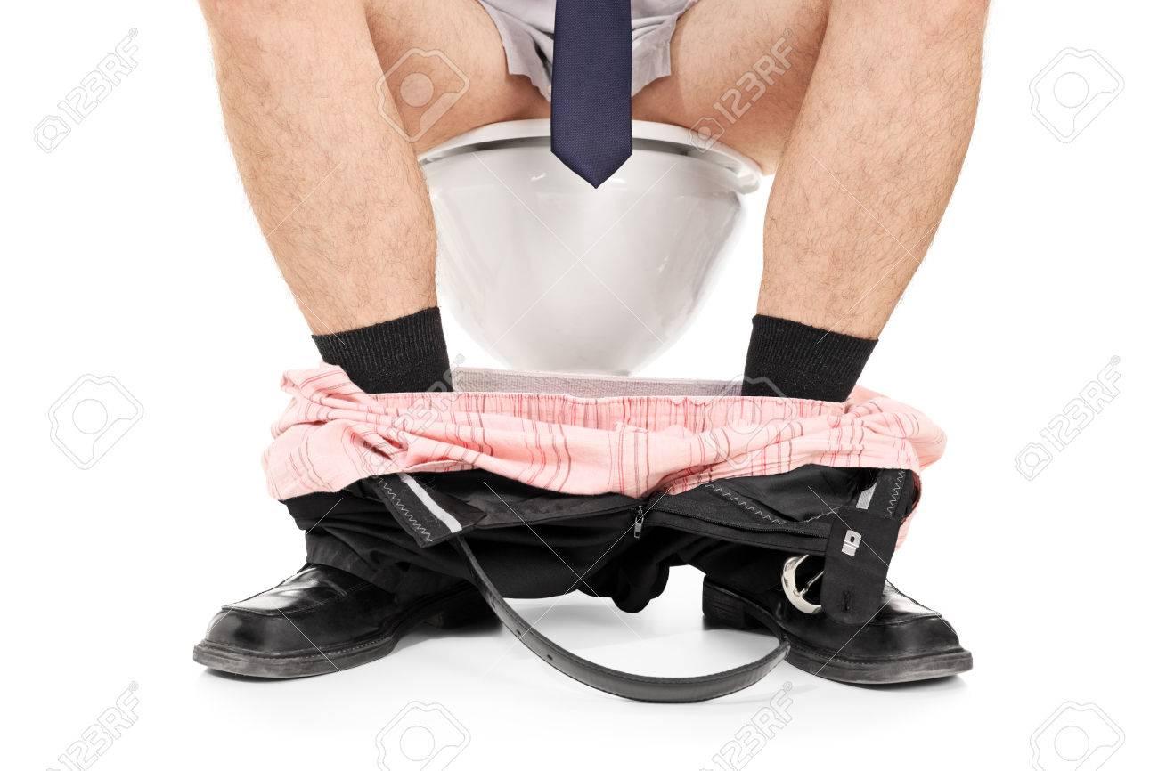 L'homme Sur Pantalon Avec Baissé Blanc Isolé Fond Une Assis Le Toilette F3l1cTJK