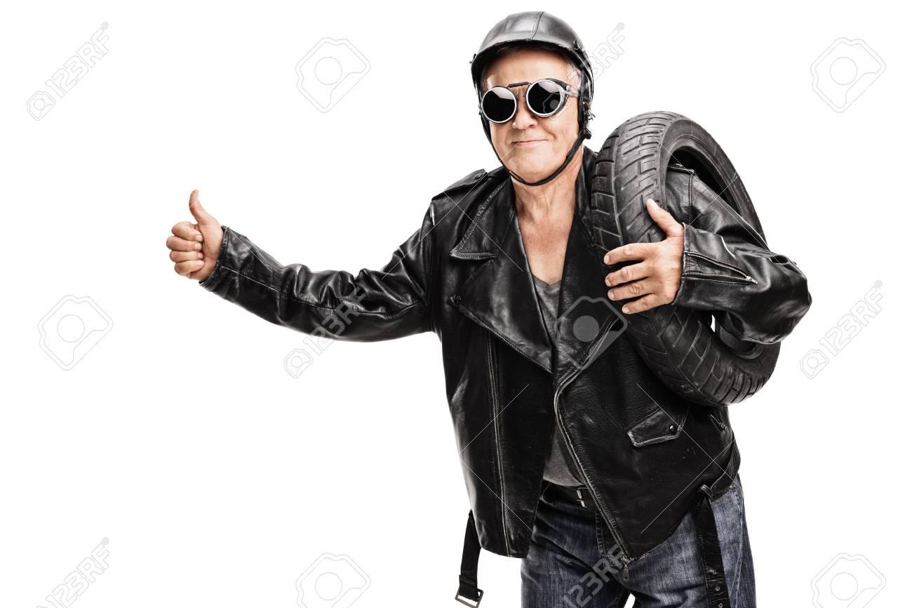 Profi Biker In Einer Schwarzen Lederjacke Trägt Einen Reifen