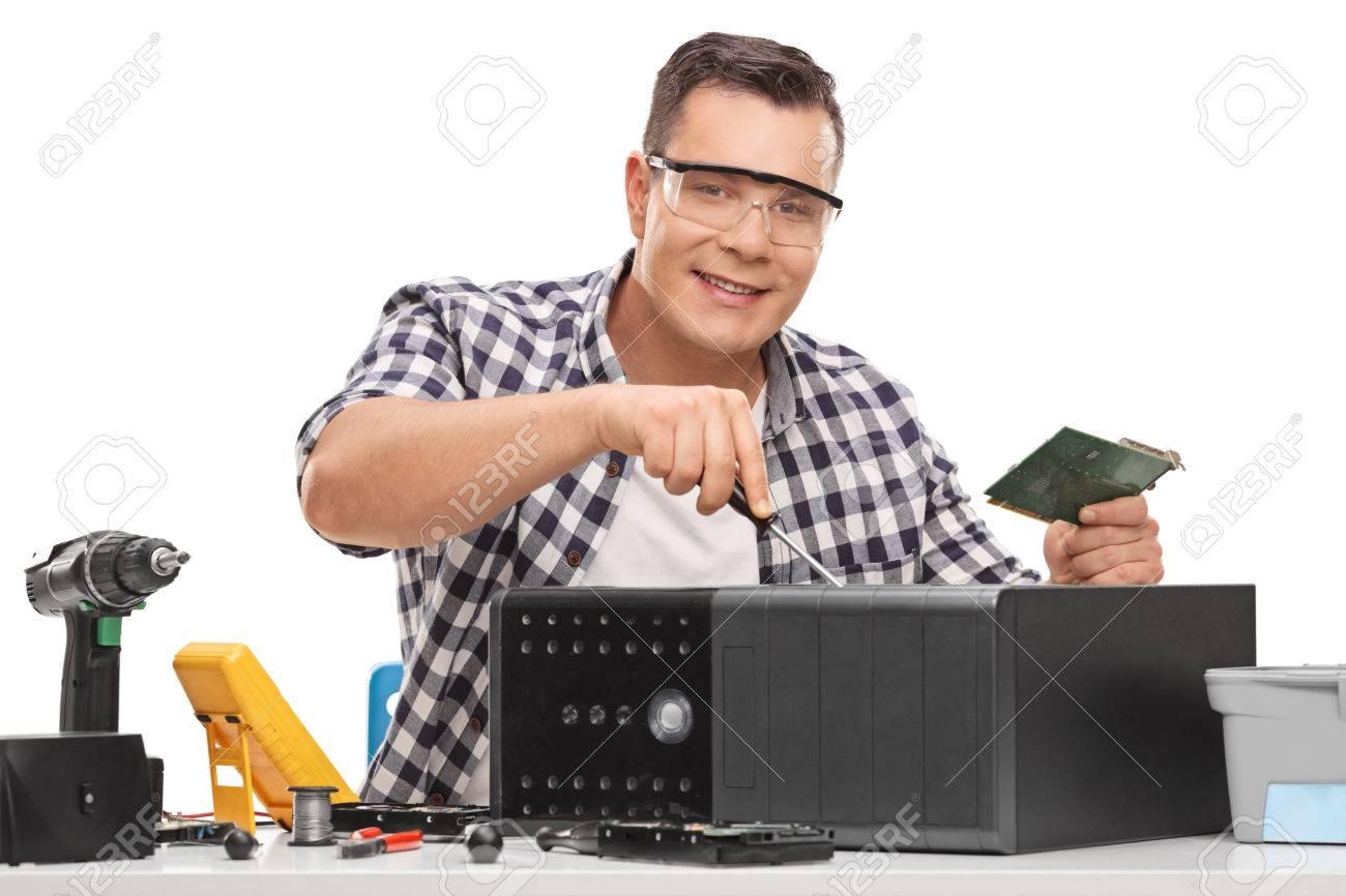 Bureau Blanc Cassé : Jeune réparateur de pc fixant un ordinateur de bureau cassé isolé