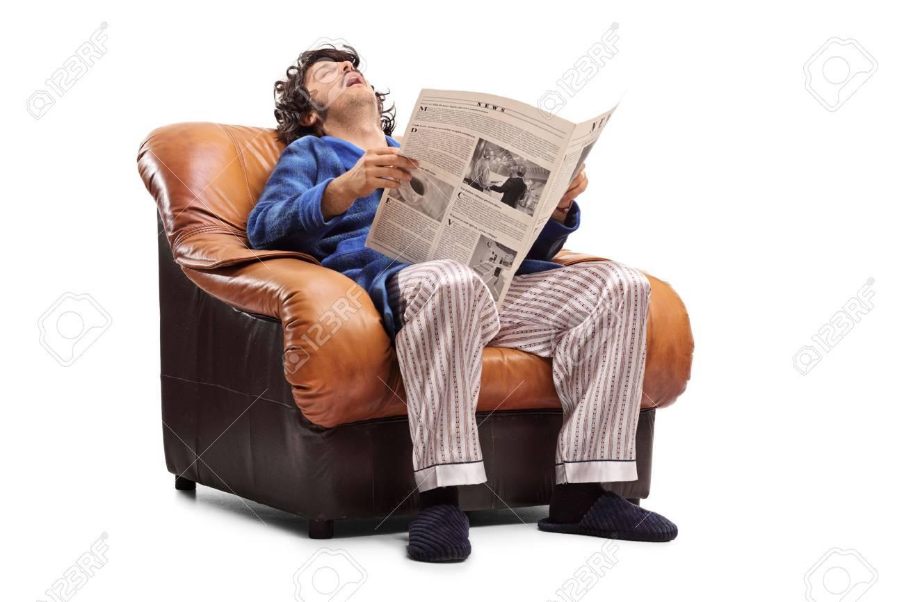 Junger Mann Auf Einem Sessel Schlafen Und Eine Zeitung Isoliert Auf