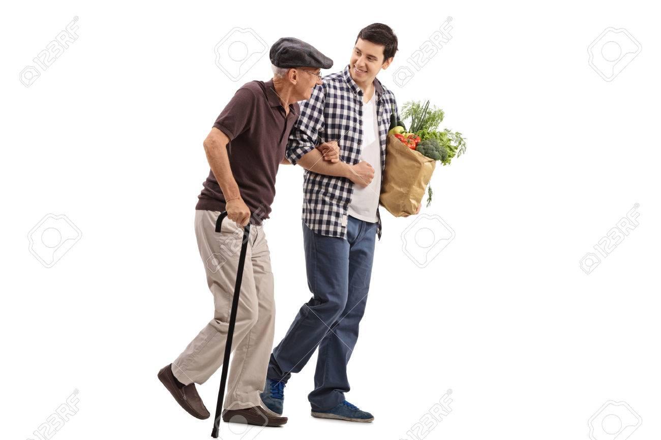 Discuter avec des inconnus ou leur sourire dans la rue ou ailleurs fait le plus grand bien ! 59928365-kind-jeune-homme-aidant-un-homme-senior-avec-ses-produits-d-%C3%A9picerie-isol%C3%A9-sur-fond-blanc