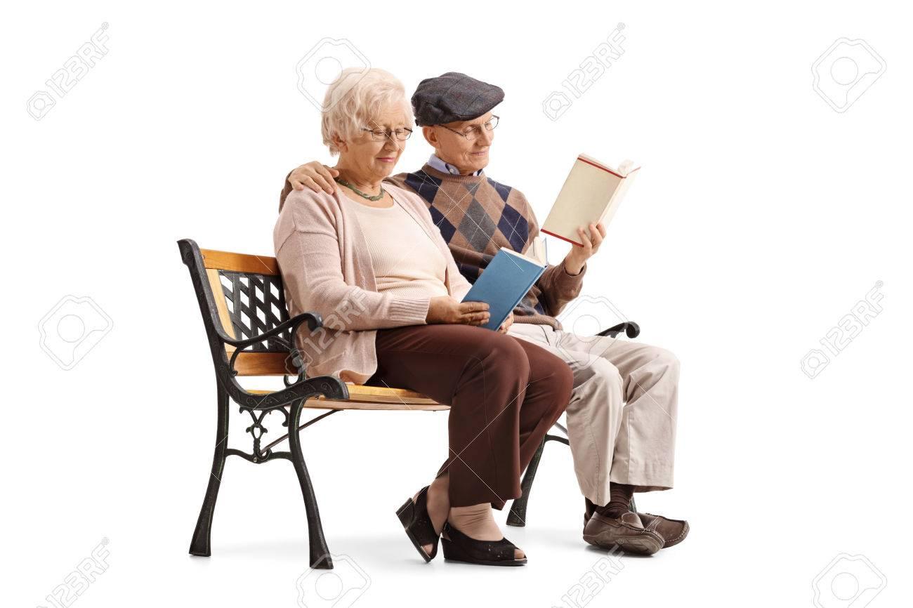 Op Een Bankje.Ouder Stel Zittend Op Een Bankje En Lezen Boeken Geisoleerd Op Een