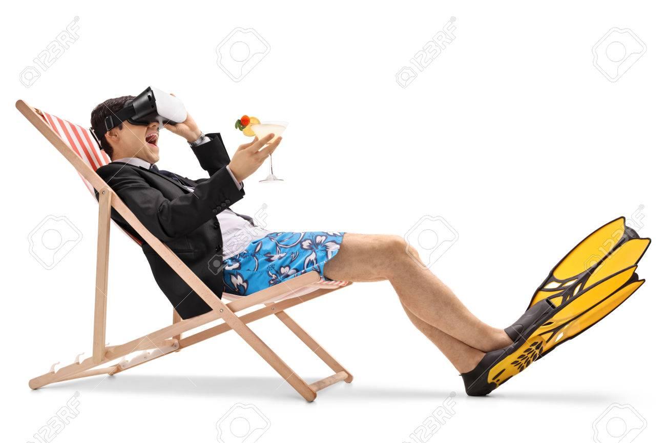 Blanc Vr Longue Avec Cocktail Assis Homme Sur D'affaires Fond Dans Et Utilisant Casque Chaise Isolé Un Une IDHE29