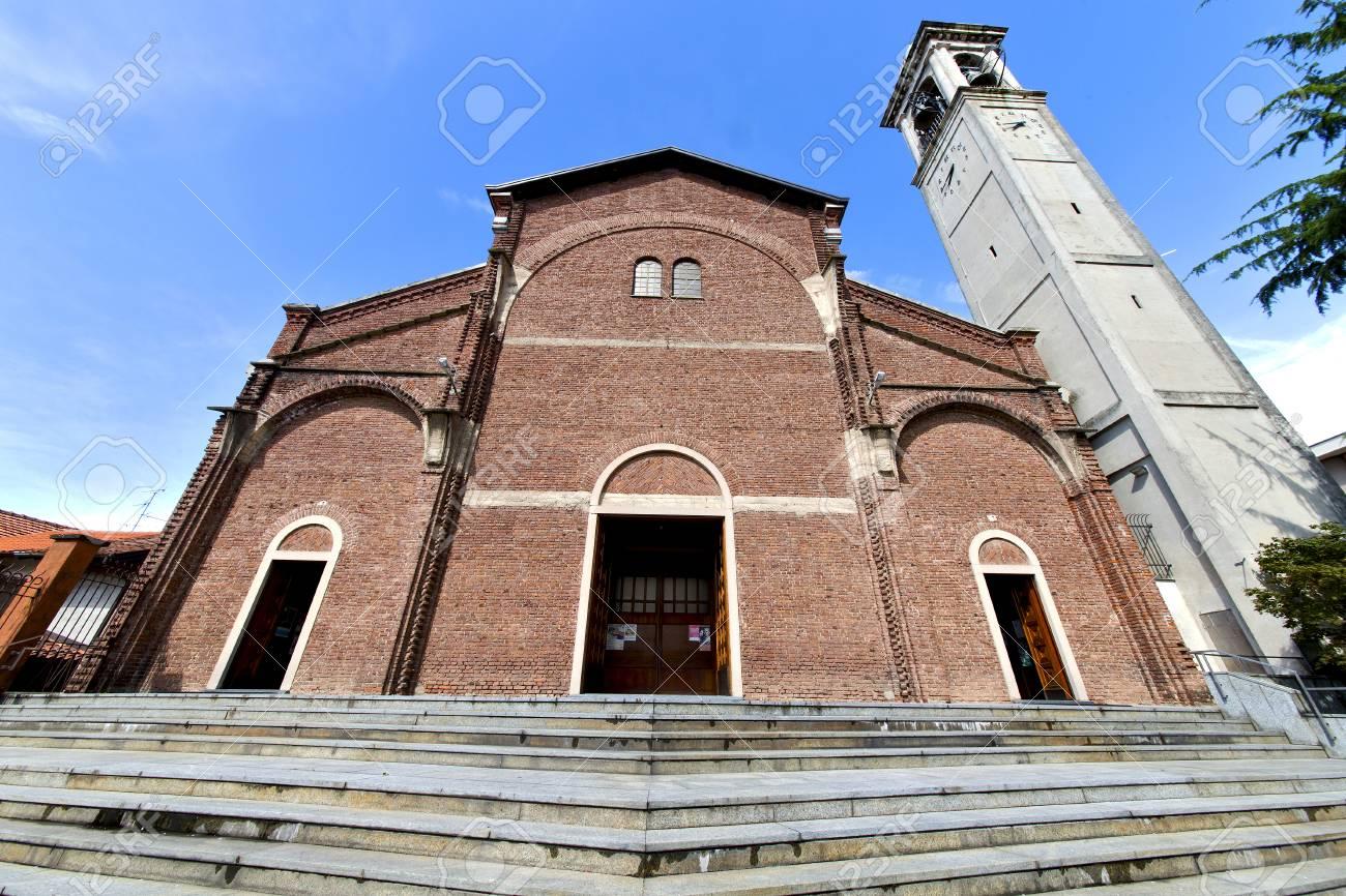 閉じたカルダーノ アル カンポ古い教会の煉瓦タワー歩道イタリア ...
