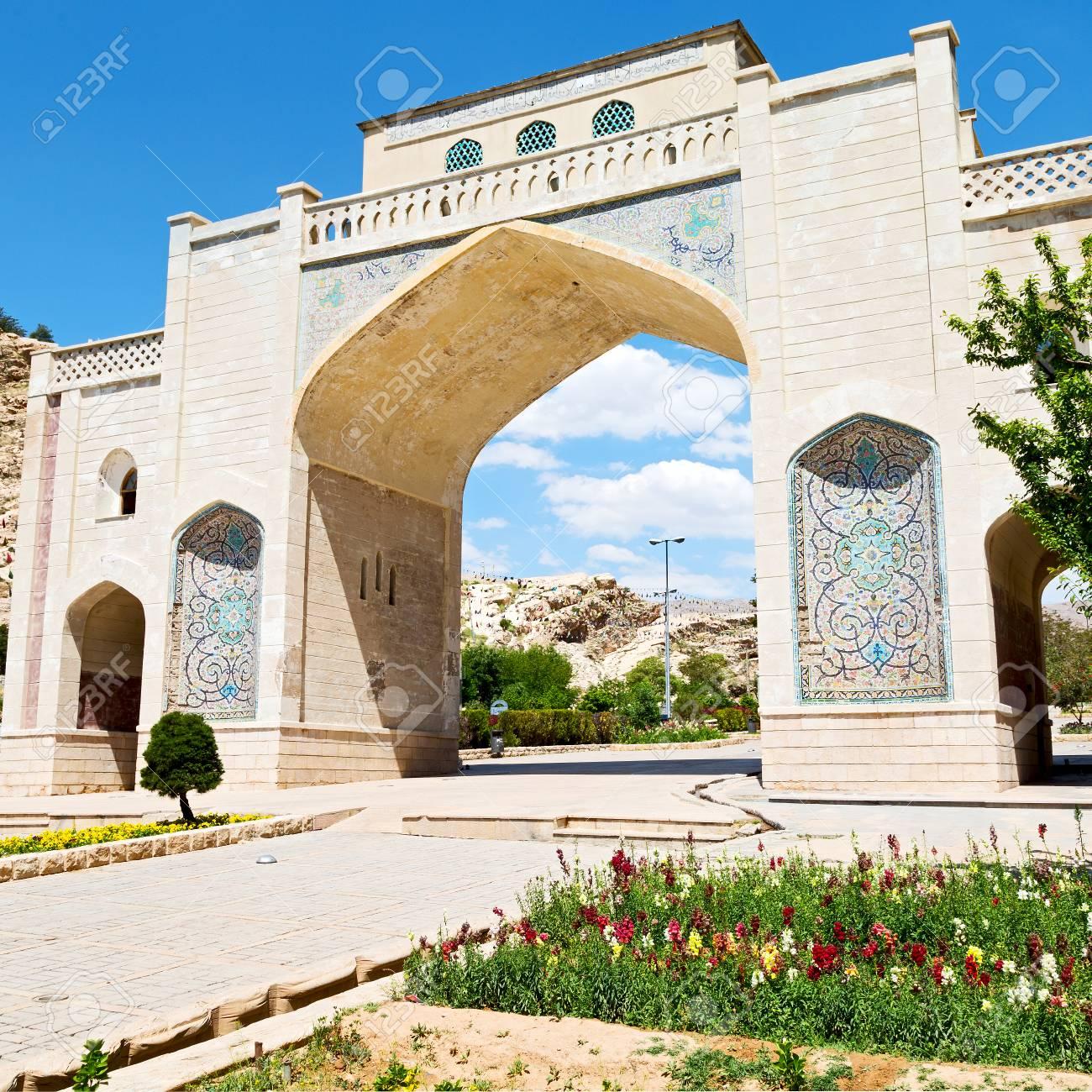 Arco Per Porta in iran shiraz la vecchia porta d'ingresso ad arco storico per la città  vecchia e la natura fiore