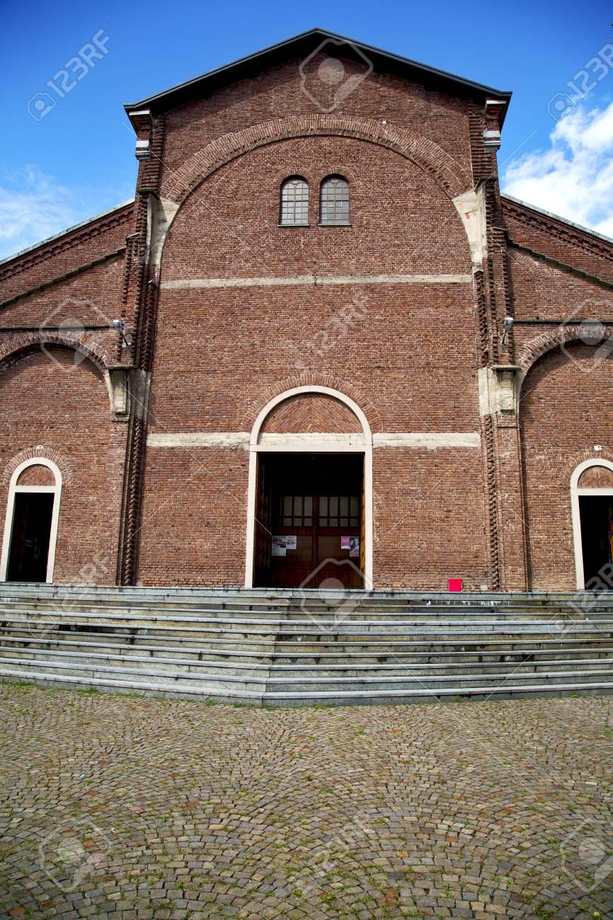 カルダーノ アル カンポの古い教会でロンバルディア閉じレンガ塔歩道 ...
