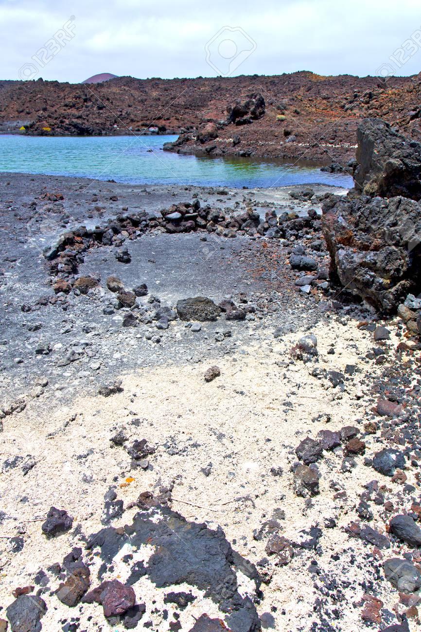 Brauner Felsen In Weißer Küste Lanzarote Spanien Strand Stein Wasser