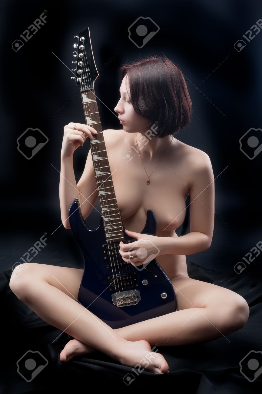 Nude guitar player girl — photo 3