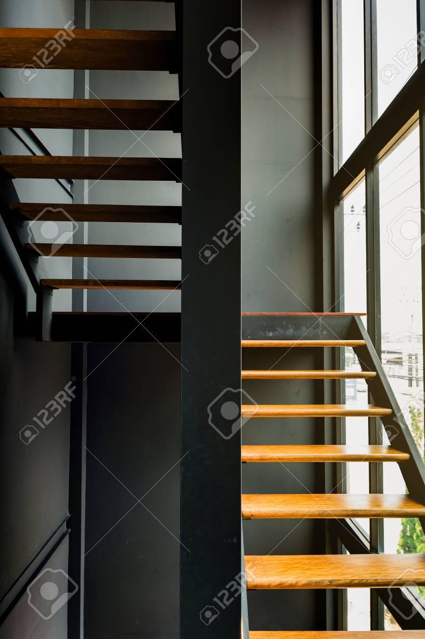 Escalier moderne dans le bureau qui docorate style loft en Thaïlande