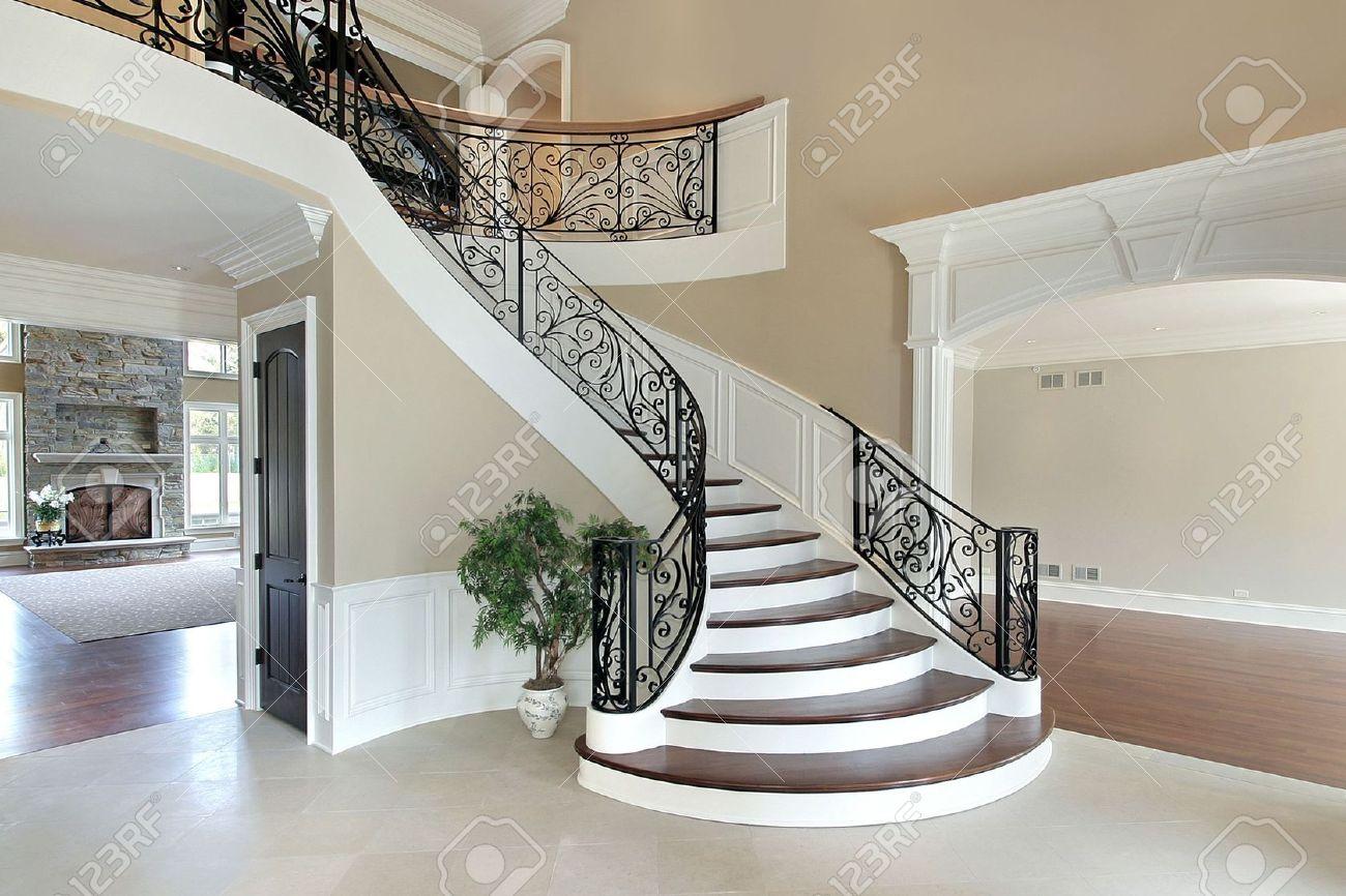 Foyer in neubau haus mit grand staircase lizenzfreie fotos, bilder ...