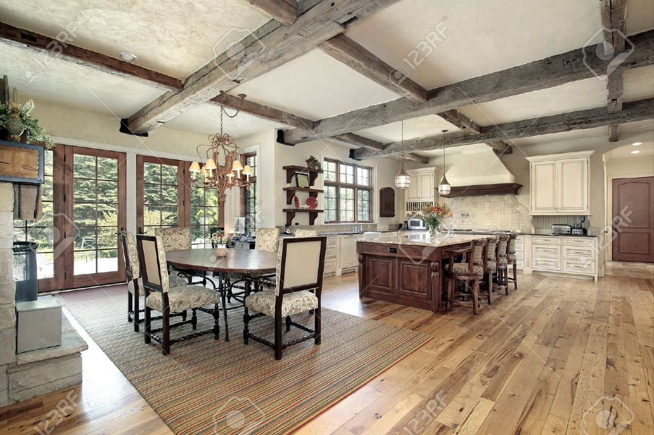 Große Küche Mit Insel Und Decke Holz Balken Standard Bild   6761071