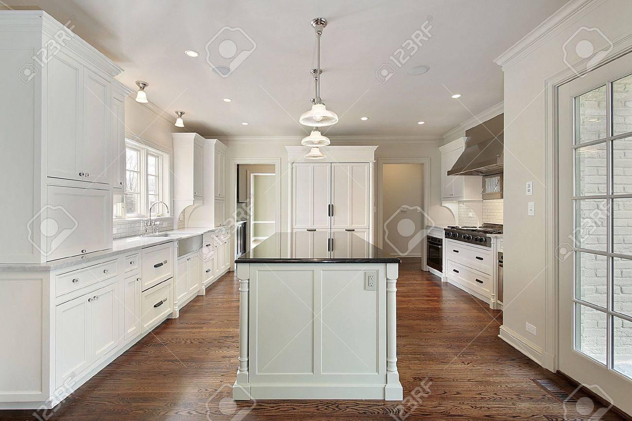 cucina bianca con isola nella nuova costruzione casa foto royalty ... - Cucina Bianca Con Isola