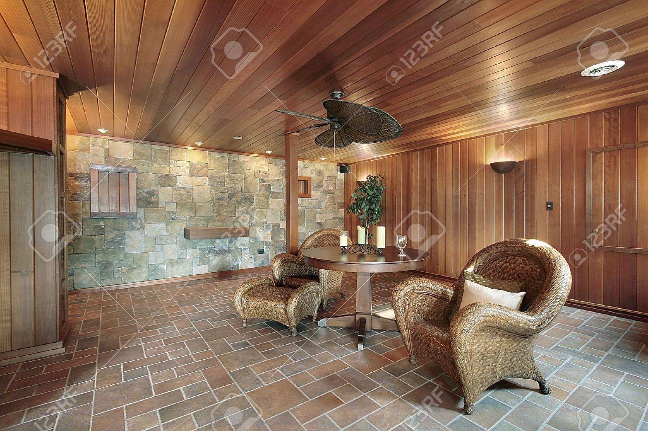 stano en casa con piedra y paredes de madera de lujo foto de archivo