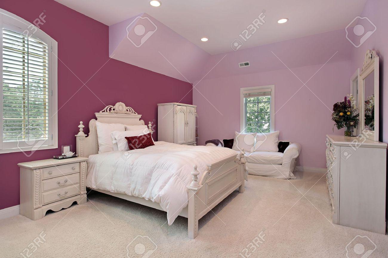 rose chambre à coucher la jeune fille dans la maison de banlieue de