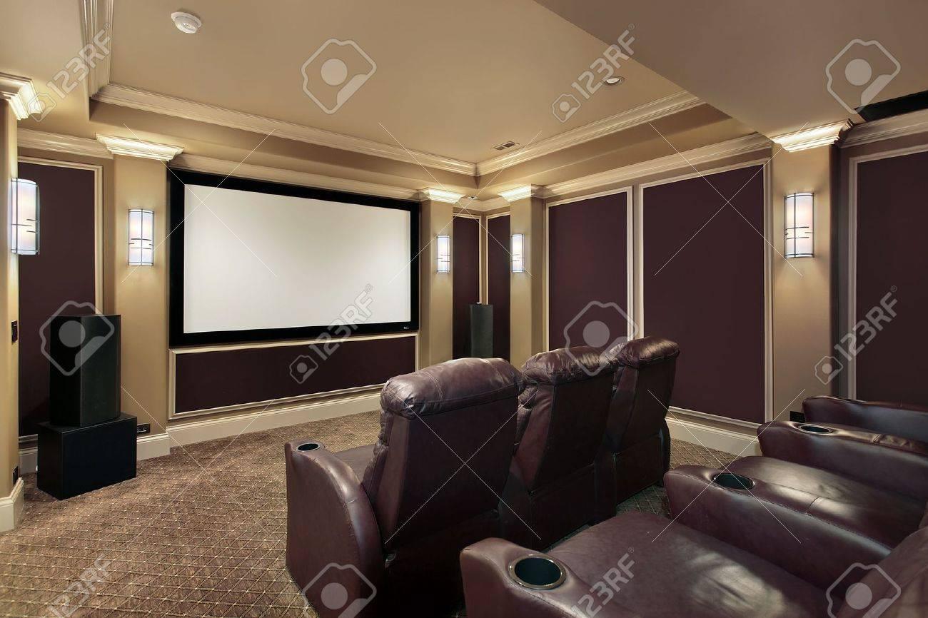 Theater-Zimmer In Luxus Haus Mit Lounge-Stühlen Lizenzfreie Fotos ...