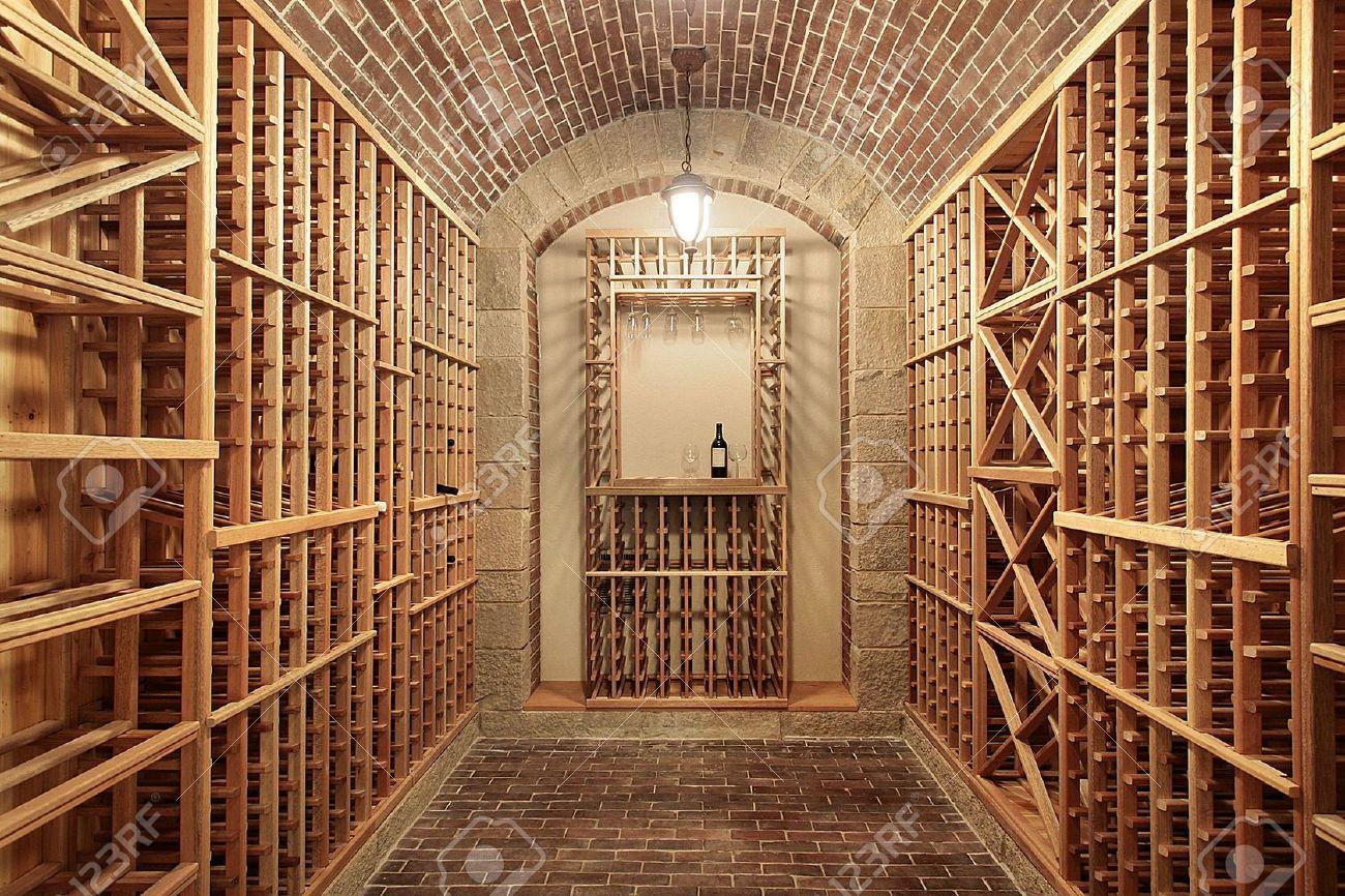cave vin bois dans la construction nouvelle maison avec plafond de brique banque d - Construire Cave A Vin Maison
