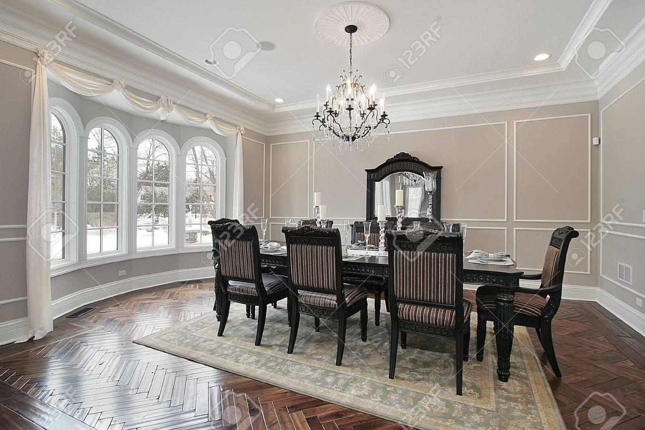 Comedor con mesa grande en casa de nueva construcción