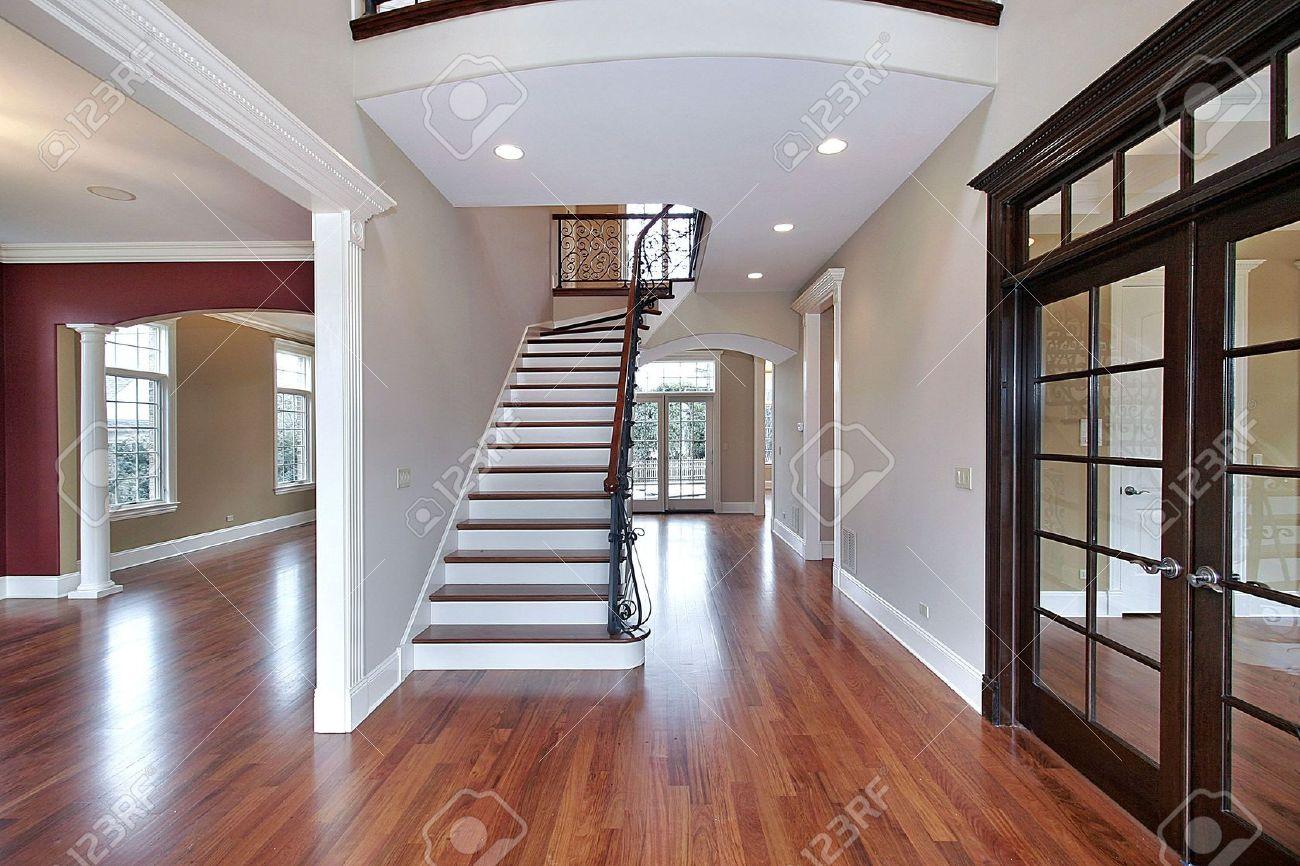 Foyer im neubau haus mit treppe lizenzfreie fotos, bilder und ...