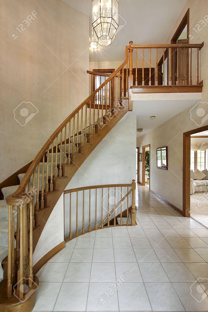 foto de archivo vestbulo en casa con escalera curva de lujo with escaleras de casas de lujo