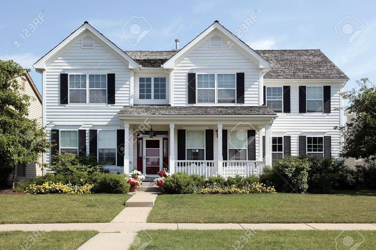 White maison de banlieue avec véranda