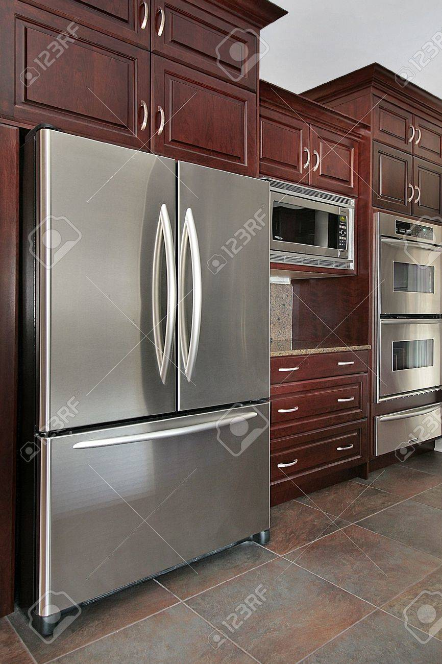 Primo piano di mobili da cucina e frigo