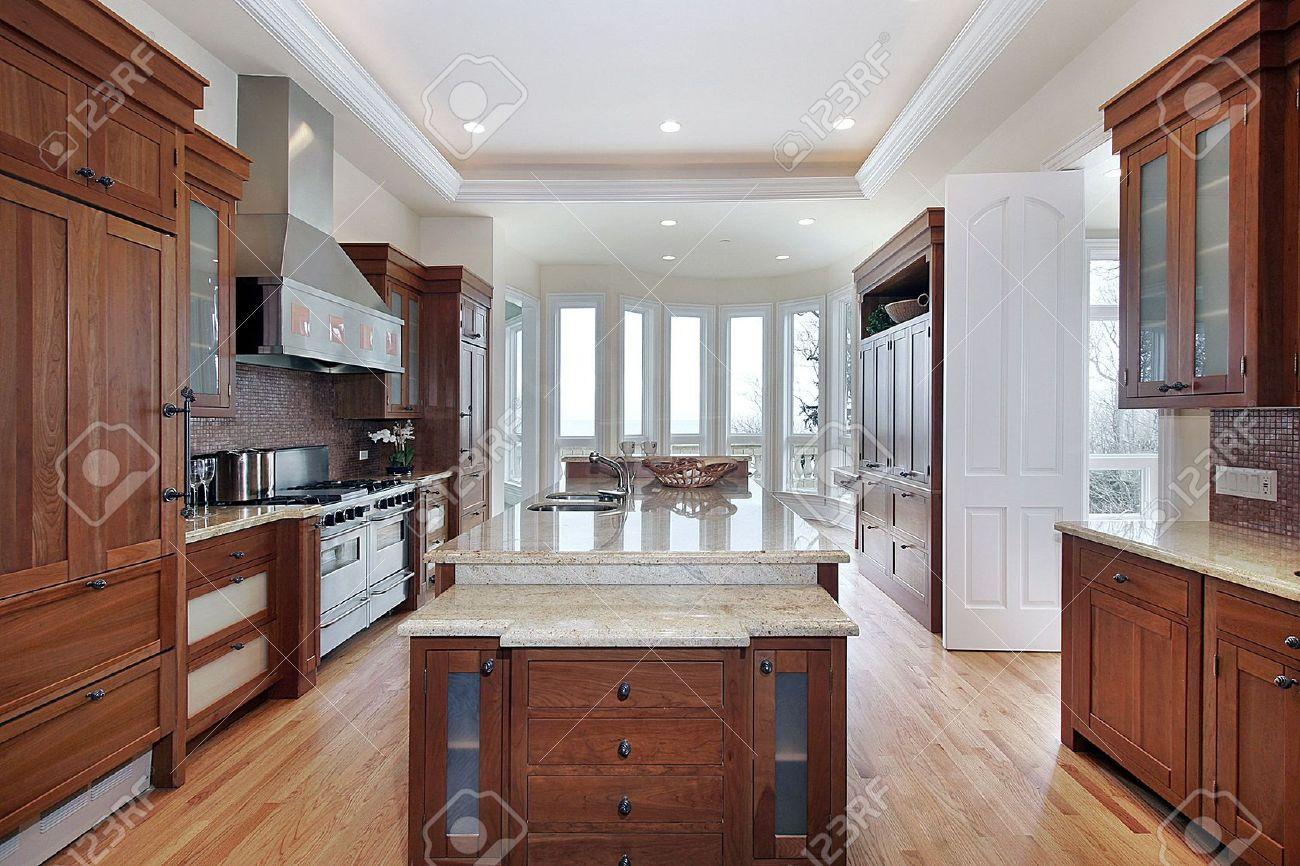 archivio fotografico cucina con soffitto da incasso e isola di marmo