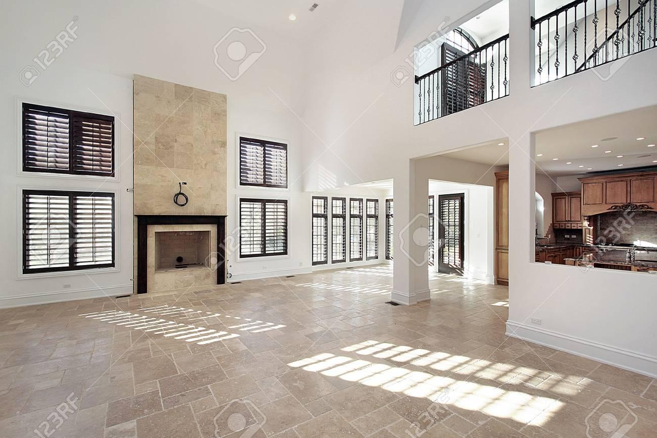 Großes Zimmer Im Neubau Haus Mit Marmor-Cheminée Lizenzfreie Fotos ...