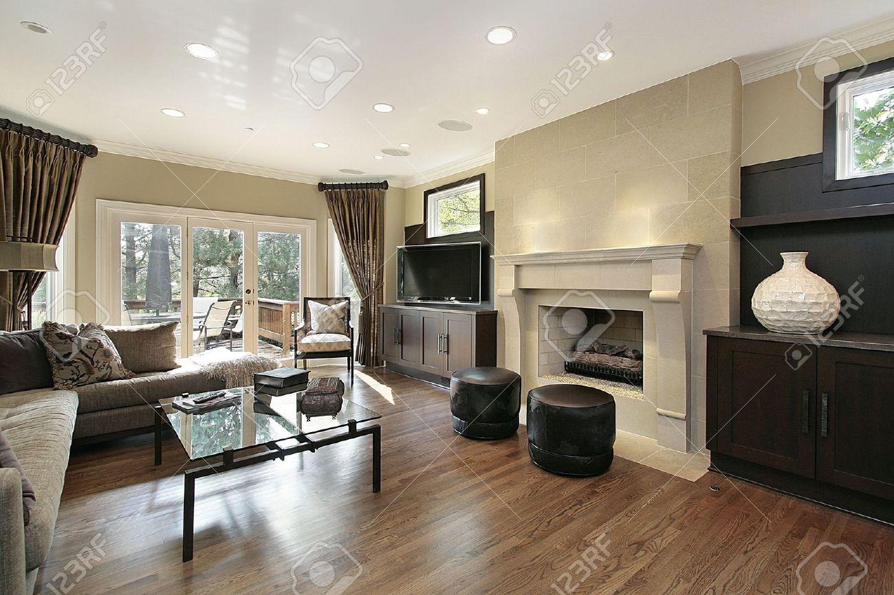 Wohnzimmer In Luxus Zu Hause Mit Grossem Kamin Lizenzfreie Fotos Bilder Und Stock Fotografie Image 6732904