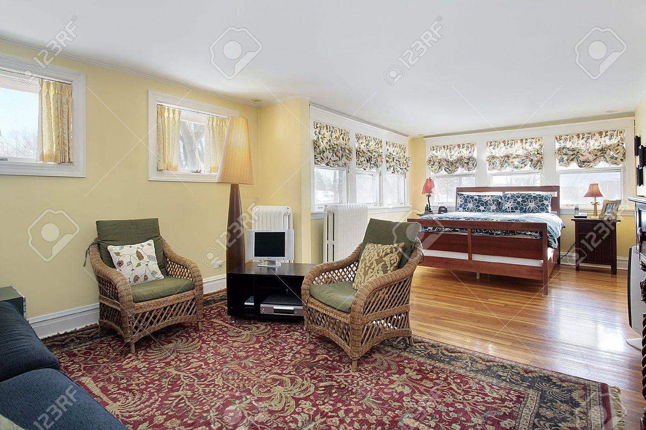 Impressionnant Salon Chambre A Coucher #4: Chambre à Coucher Chez Banlieue Avec Espace Salon Banque Du0027images - 6732428