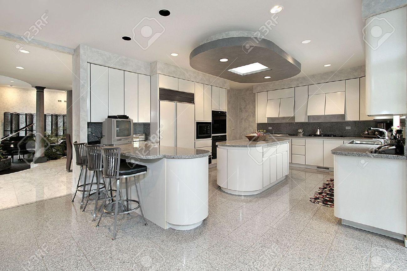 Witte keuken met twee eilanden in luxe huis royalty vrije foto ...