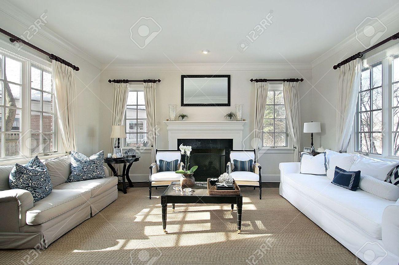 Wohnzimmer In Luxusvilla Mit Kamin Lizenzfreie Fotos Bilder Und
