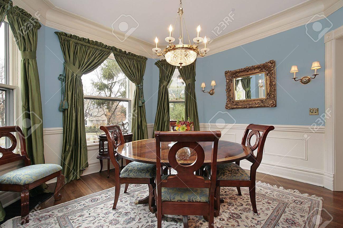 Salle A Manger Dans Le Luxe Maison Avec La Table Ronde De Bois