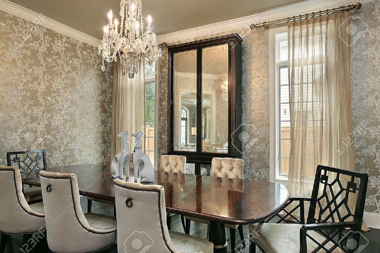 Esszimmer Im Luxus Haus Mit Gold Wände Standard Bild   6738259