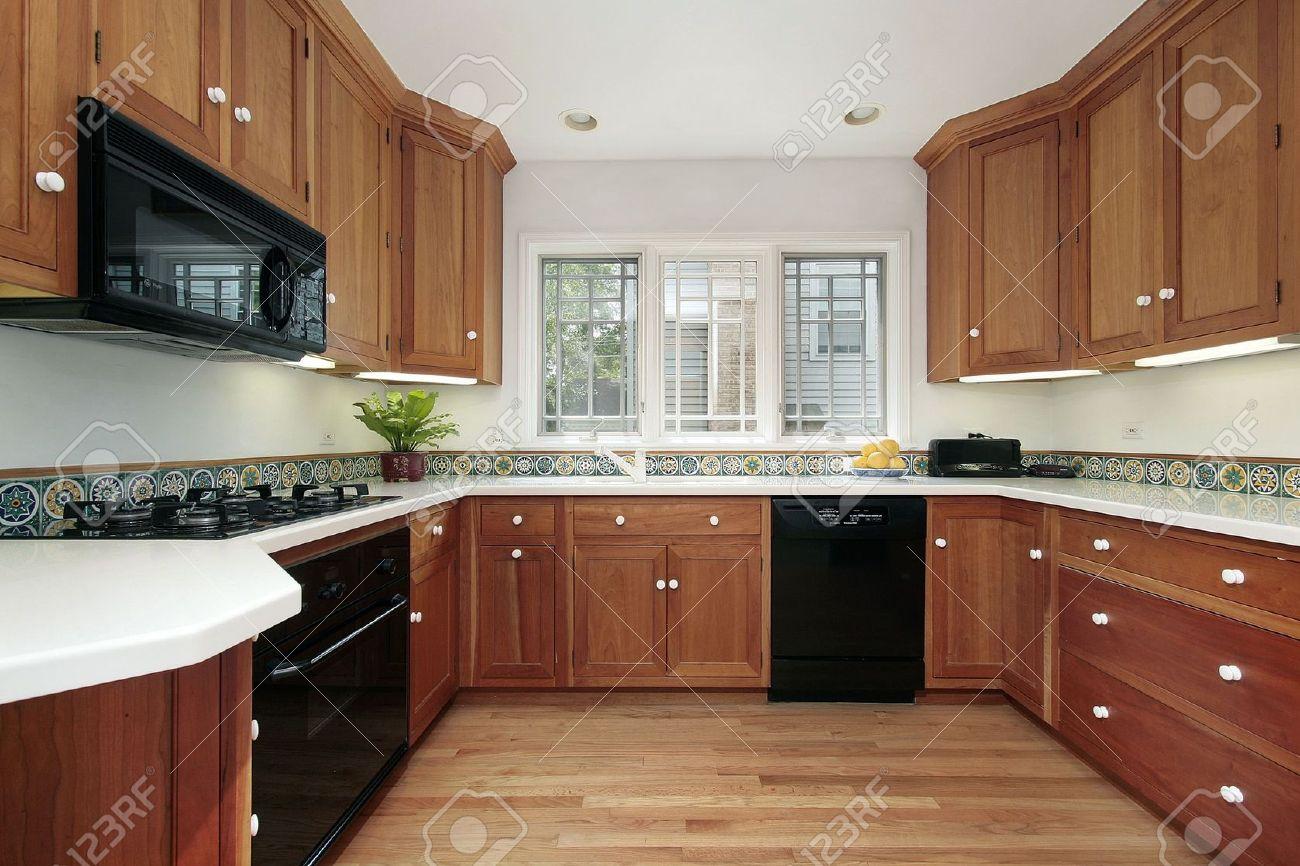 Cucina in casa suburbana con mobili di legno ciliegio