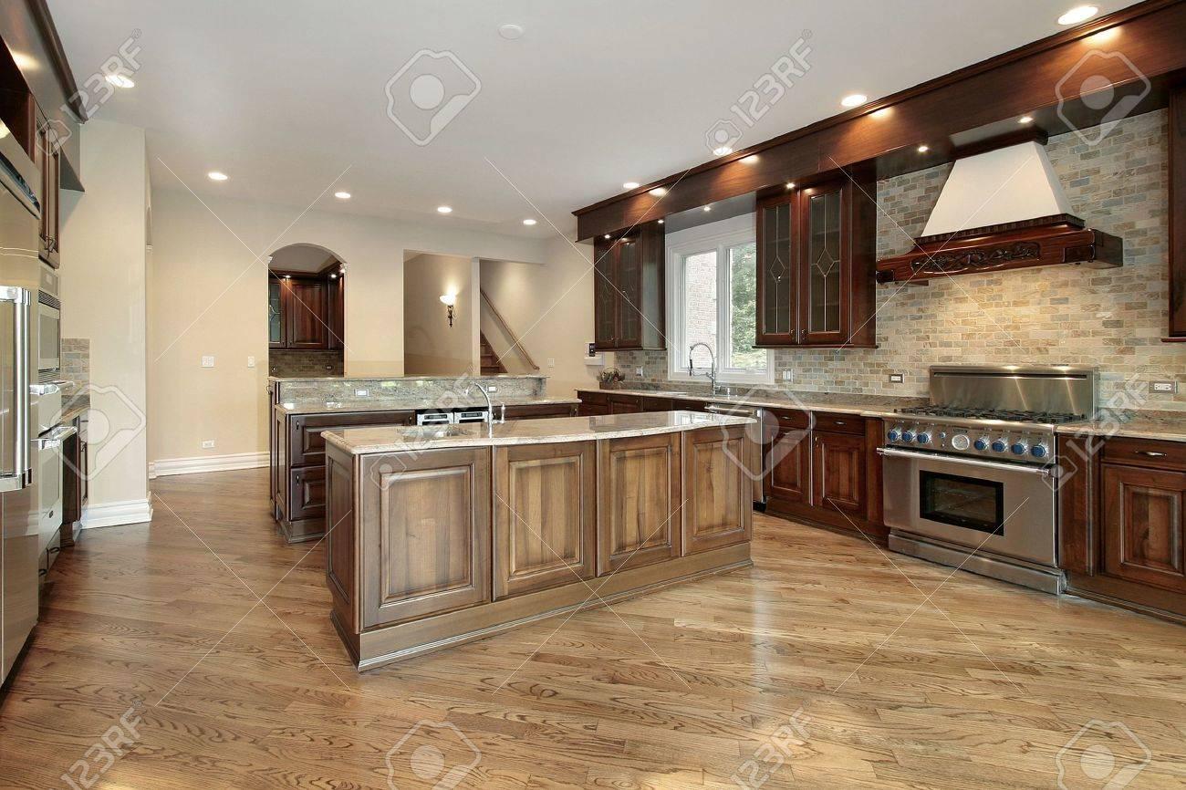Küche Im Neubau Haus Mit Cherry Holz Schränke Lizenzfreie Fotos ...
