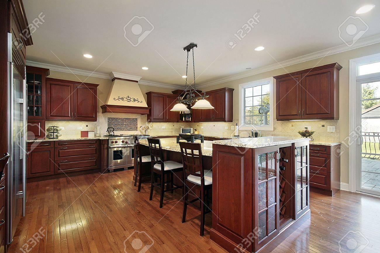 Cucina in casa con mobili di legno ciliegio di lusso