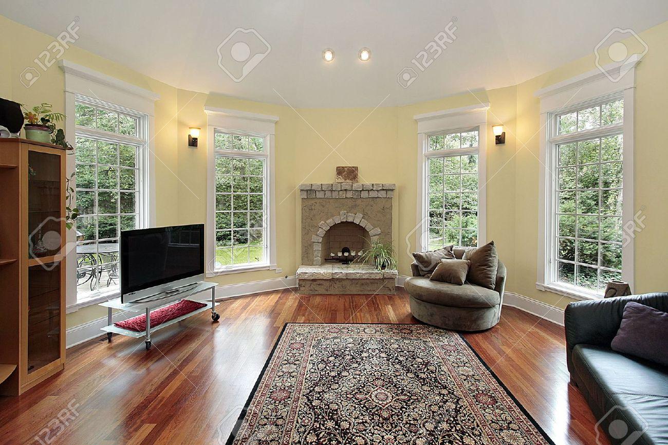 sala de familia en casa con chimenea de piedra de lujo foto de archivo