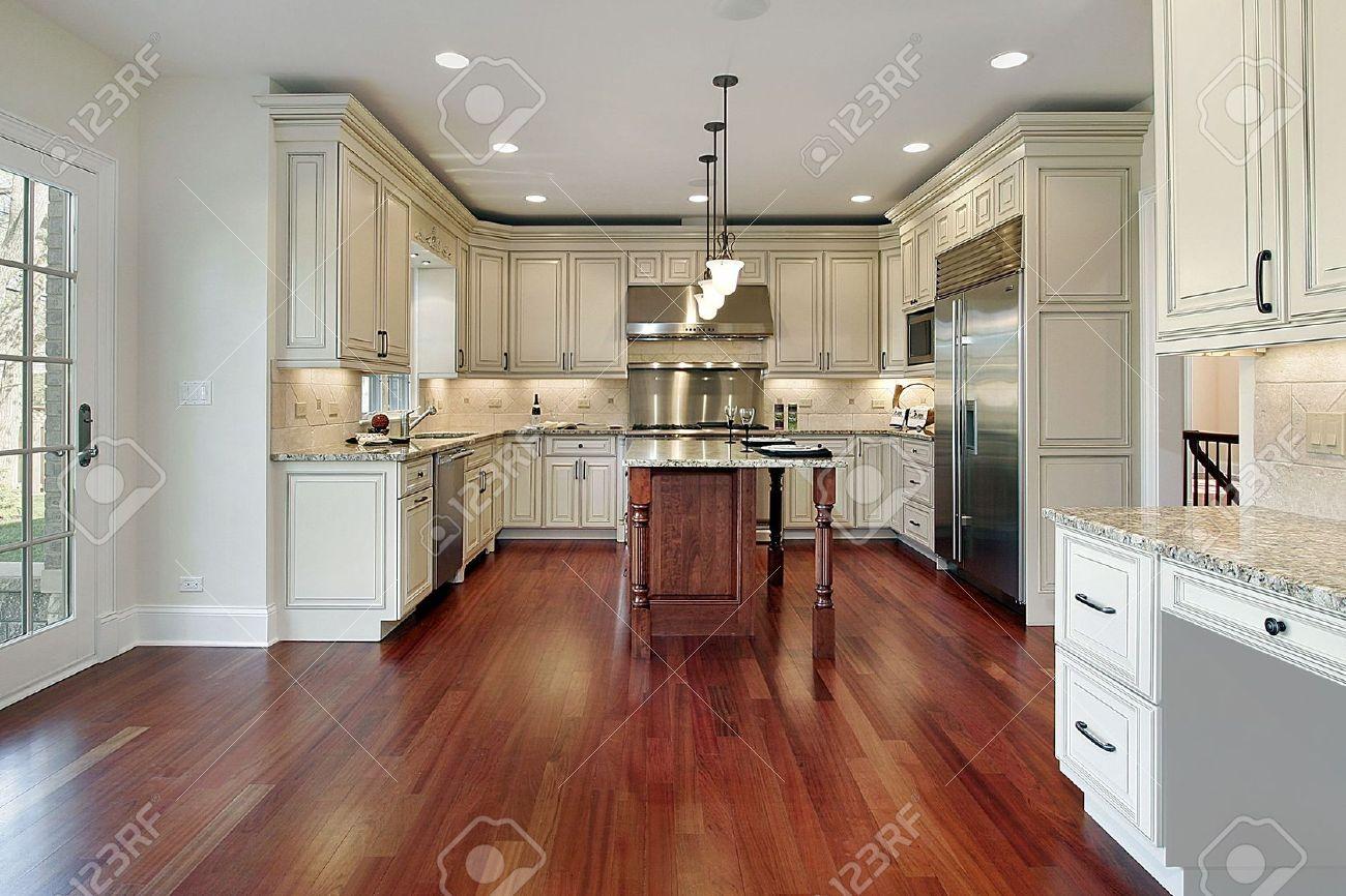 cocina en las nuevas de casa con suelo de madera de cerezo foto de archivo